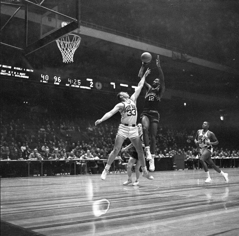 Robertson (Nummer 12), nu 77 jaar oud, is een levende legende in het Amerikaanse basketbal. Beeld ap