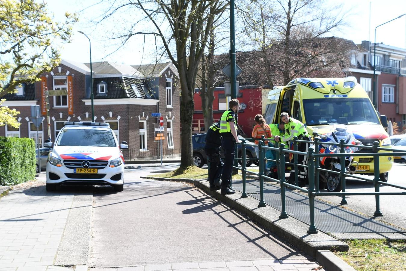 De hulpdiensten zijn ter plaatse bij het ongeval op de Stationsweg in Woerden.