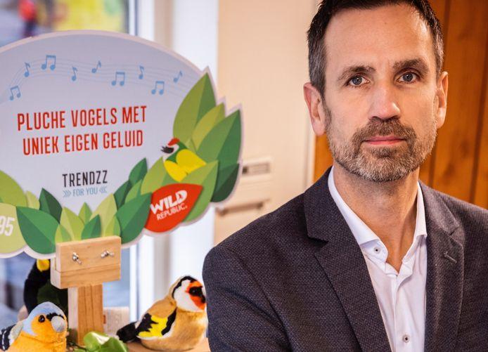 Commercieel directeur Eddy de Wit van Trendzz For You bij de giftshop die hij inrichtte voor Landal GreenParks Coldenhove in Eerbeek.