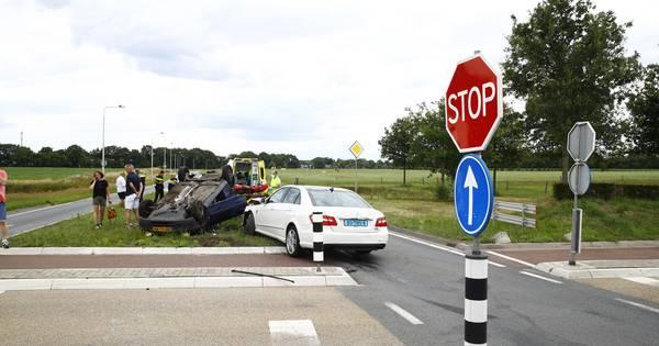 Weer aanrijding bij berucht kruispunt in Epe: auto op de kop in middenberm, vrouw gewond.