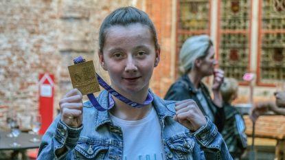 Met deze 15-jarige valt niet te sollen: Axana kroont zich wereldkampioen thaiboksen