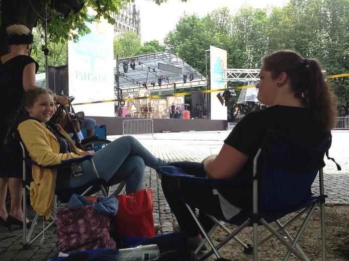 Anne van Uum en Roos Kreeft wachten op de Parade