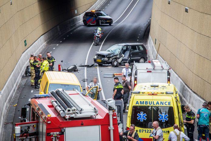 Op de Burgermeester de Bruinstraat in de tunnelbak van Dieren heeft woensdagmiddag een ongeval plaatsgevonden. De tunnel is daardoor volledig gestremd tot zeker 16.30 uur.
