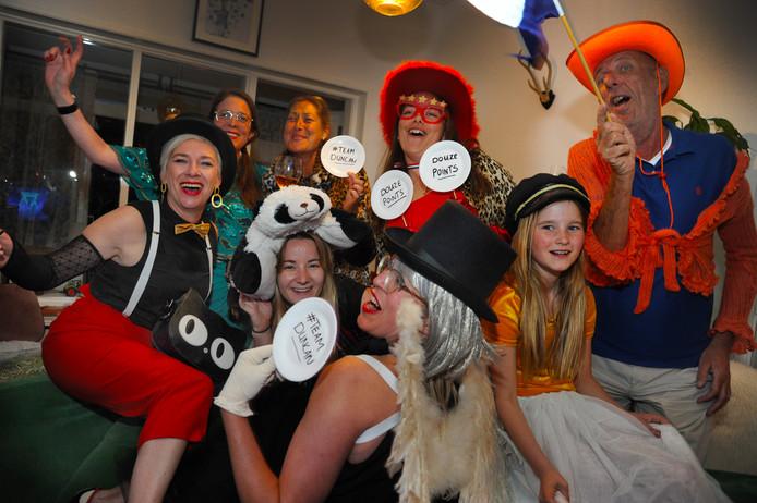 Cindy Kooij (midden, voorgrond) kijkt het Songfestival met Mattie van der Kleijn, Niki Clerx, Fran de Meester, Anna Houtman, Ab Castel (vlnr. achter), Sophy Willemsen (linksvoor),  Lili Willemsen (rechtsvoor).