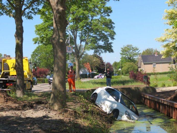 Aan de Wordenseweg in Velddriel reed een auto in de sloot. Daarbij werd een gasleiding geraakt.