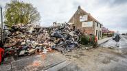 Nachtelijke vlammenzee verwoest huis volledig, bewoners net op tijd gewekt door toevallige voorbijganger