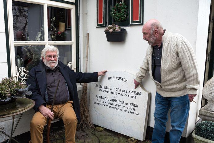 Wout Dijkstra (links) met een flobertgeweer in zijn handen en Lennard Maas. Met precies zo'n geweer schoot de dokter zijn vrouw dood. De grafsteen van de dokter heeft Dijkstra van vernietiging gered door de grafrechten te betalen en de steen naar zijn woning te sjouwen