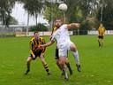 Richard Schür van SCE (wit) controleert de bal tegen Diosa.