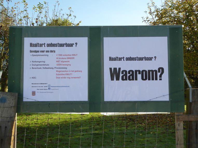 De dorpsraad van Heldergem plaatste ter hoogte van het kerkhof in Heldergem borden om de onbestuurbaarheid aan te klagen.