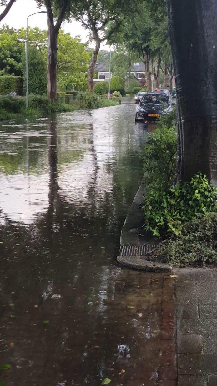 De Rhijnsburglaan in Heerde stond vanavond ook blank door de regenbui.