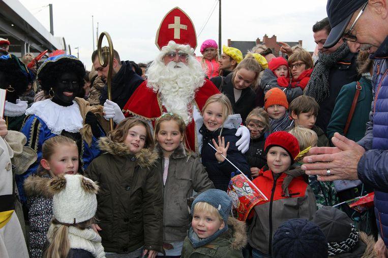 Dolenthousiaste kinderen wachten de Sint op aan het station in Geel.