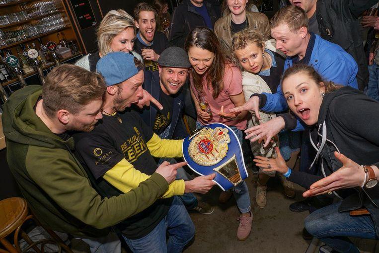 Na de match trokken Oshin (midden) en haar supporters naar Roeselare om een feestje te bouwen.