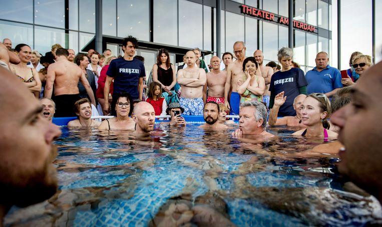 Deelnemers van het wereldrecord ijsbadzitten met Wim Hof. Beeld anp
