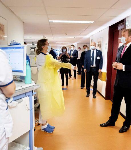 Koning Willem-Alexander brengt 'coronabezoek' aan HMC Westeinde