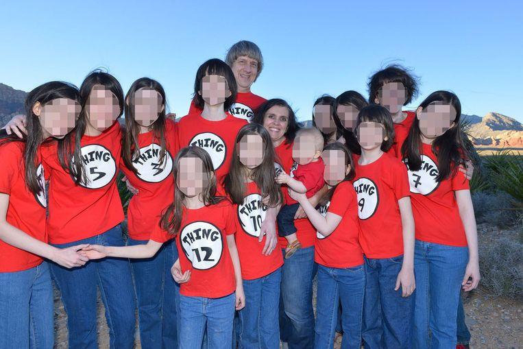 De dertien kinderen met hun ouders. Alleen de jongste telg werd gespaard van de mishandelingen.