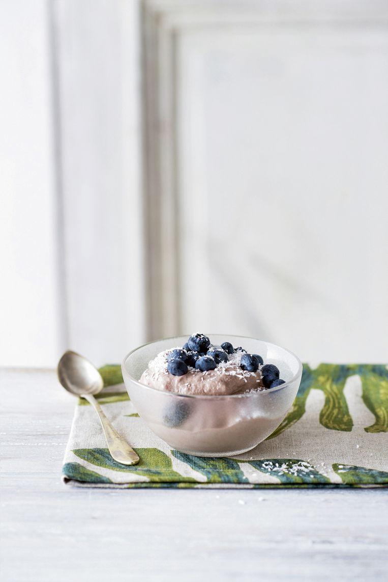 Softijs van banaan en chocolade met kokos en blauwe bessen