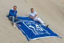 Hans Beljaars en Twan Robbeson op hun 1,5 meter handdoek.