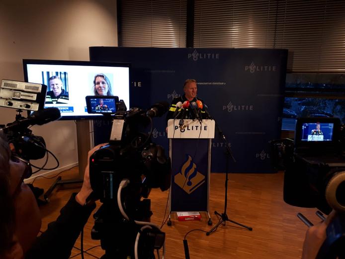 Beeld van de persconferentie van de politie Oost-Nederland.