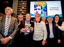 Rinus Israel met zijn boek tussen zijn oud-ploeggenoten Eddy Pieters Graafland, Gerard Meijer,  Piet Romeijn, Guus Haak, Wim Jansen, en Wim van Hanegem.