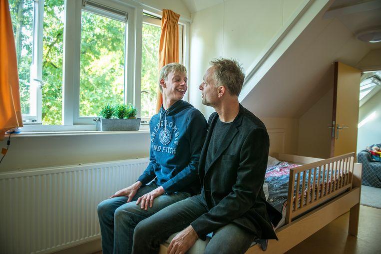 Boris met zijn vader in zijn kamer in de instelling in Driebergen. Beeld Linelle Deunk