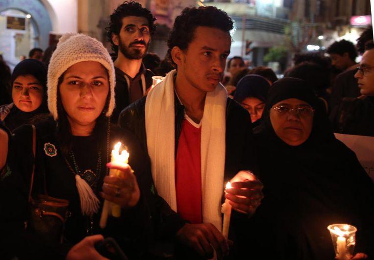 Koptische christenen staken kaarsen aan voor de slachtoffers. Beeld epa