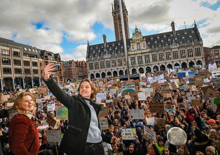 Anuna De Wever en Kyra Gantois nemen een selfie van het bomvolle Ladeuzeplein voor de klimaatmars.