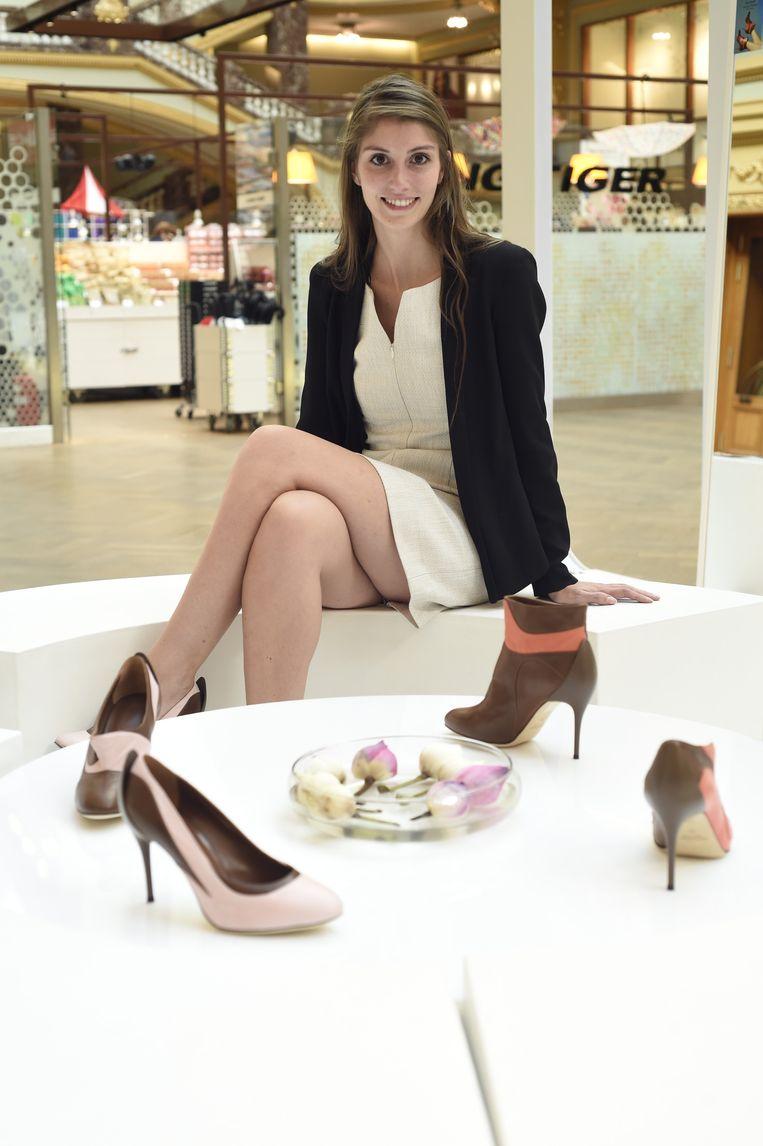 Katrien bij haar schoenen in de pop-upwinkel. Het lederen oppervlak bevat minuscule staafjes zodat water of slijk er niet kan indringen.
