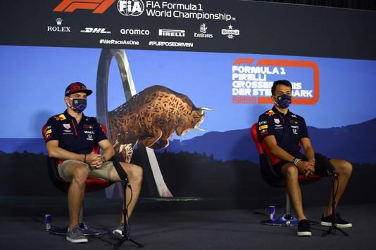 Max Verstappen samen met teamgenoot Alexander Albon.