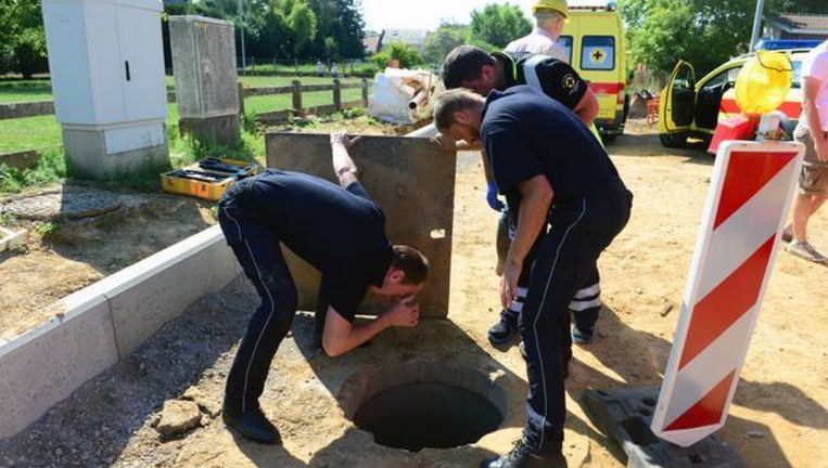 De mannen van de hulpdiensten kijken hoe het met Ulric gesteld is.