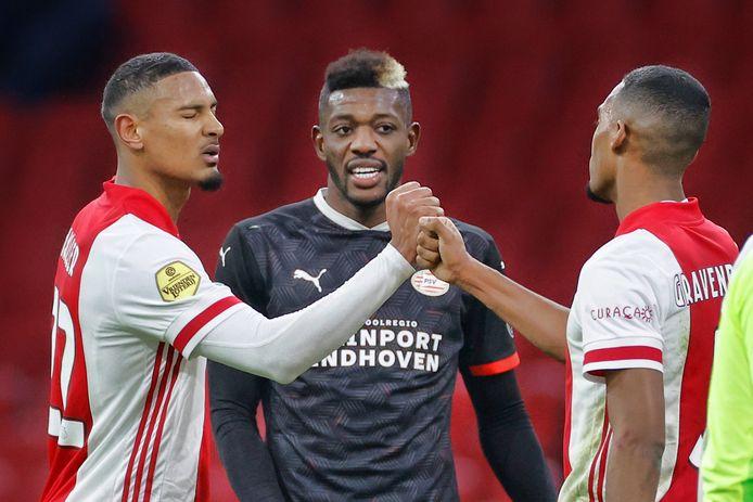 Sébastien Haller en Ryan Gravanberch zijn voor het oog van Ibrahim Sangaré content met de 2-2 bij Ajax-PSV.