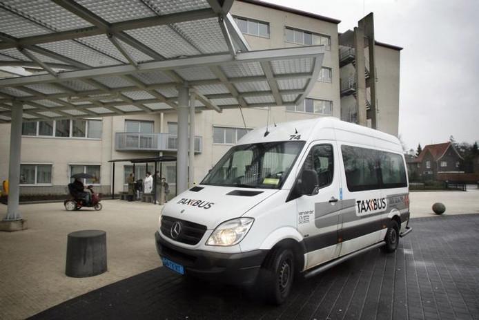 Een Taxbus bij de halte voor het Elkerliek ziekenhuis in Helmond. archieffoto Jurriaan Balke