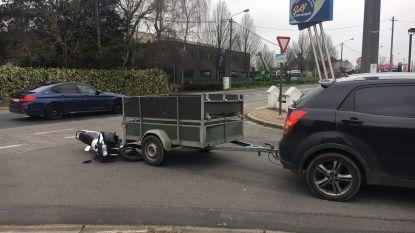 Bromfietser (17) gewond na botsing op aanhangwagen
