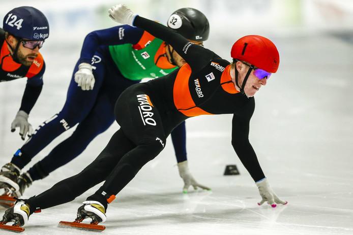 Sven Roes (r) in duel met Dylan Hoogerwerf (m) en Daan Breeuwsma in de 3000 meter superfinale tijdens het NK Shorttrack in Leeuwarden.