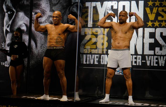 Roy Jones Jr. (r) en Mike Tyson (l).
