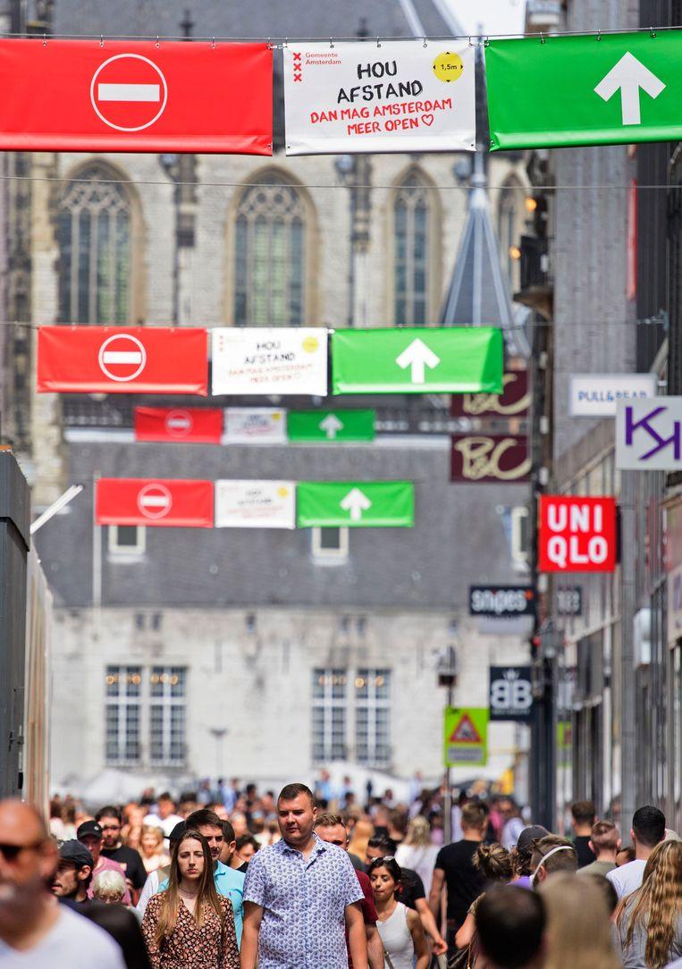 De maatregelen die de gemeente neemt hebben volgens winkeliers in de Kalverstraat niet het gewenste effect: het was er de afgelopen weekenden ouderwets druk. Beeld Hollandse Hoogte /  ANP