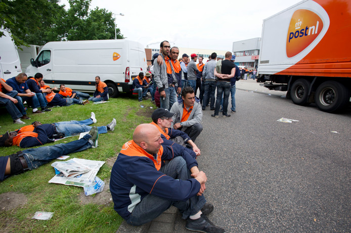 Stakende chauffeurs van PostNL. Op 20 september voeren hun collega's bij de bezorging en de sorteercentra actie.