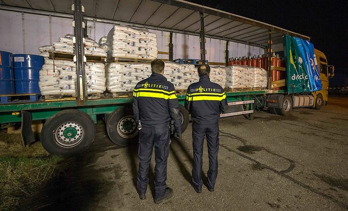 Politie-agenten bij de trailer die volstaat met grondstoffen voor een xtc-lab. Foto Johan van der Heijden