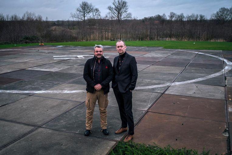 Woordvoerder Filip Van Vlem en CEO Glenn Roggeman op de helikopterlandplaats.