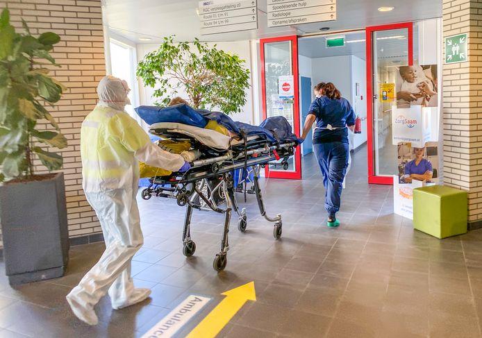 Een patiënt wordt per brancard naar de intensive care van ZorgSaam gebracht.