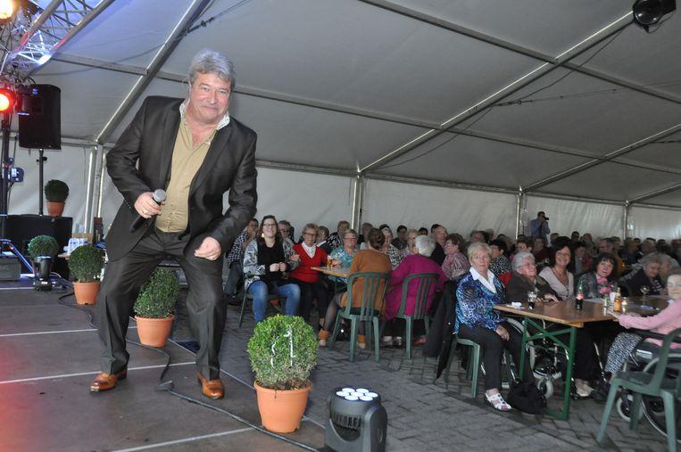 Garry Hagger entertaint de senioren tijdens het verjaardagsfeest.