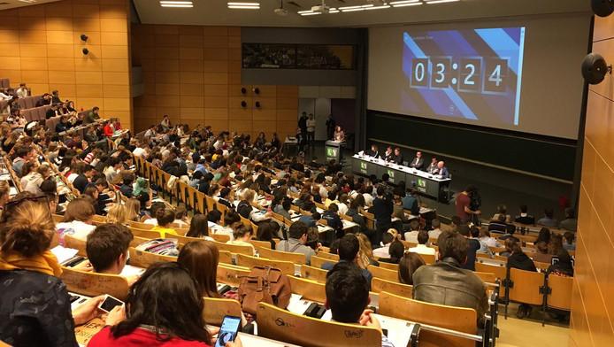 Plus de 300 élèves du secondaire étaient présents à l'UNamur pour échanger avec les représentants des partis politiques francophones sur l'urgence climatique.