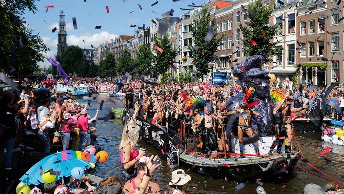 De Canal Parade door de grachten van de stad.