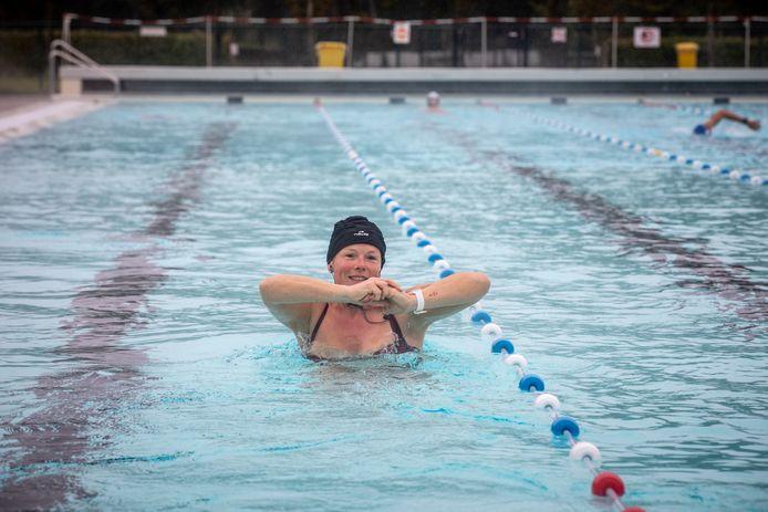 Vanaf komende zondag kunnen bezoekers en Hasselaren in het buitenzwembad van Kapermolen terecht om te bibberzwemmen. (Archiefbeeld)