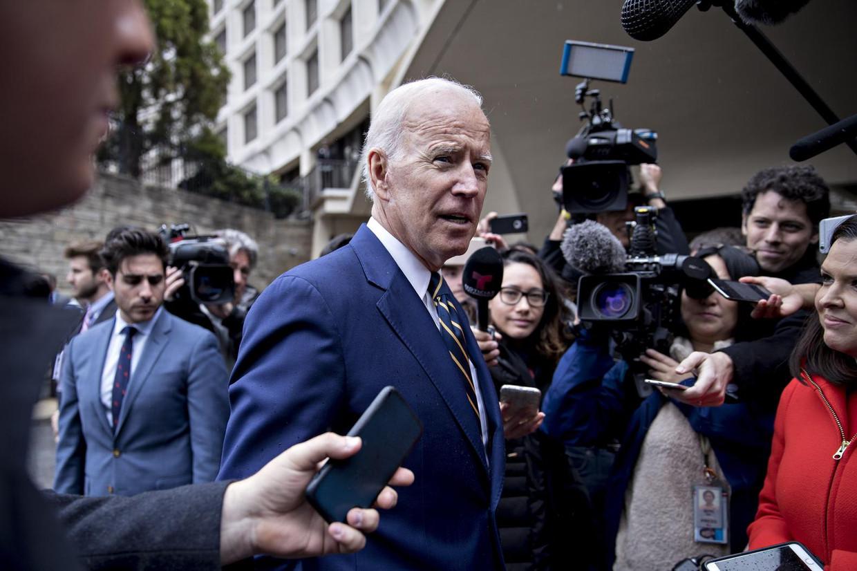 Joe Biden ligt onder vuur, nadat vrouwen verhaal deden over zijn fysieke manier van omgang Beeld Bloomberg