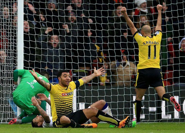 Leeds United-verdediger Scott Wootton schiet de bal in eigen doel, Watford-spelers Troy Deeney en Nordin Amrabat juichen. Beeld AP