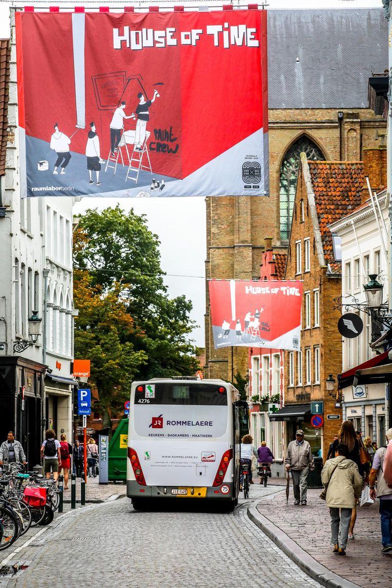 De vlaggen verwijzen naar het kunstwerk House of Time op de DuPont-site.