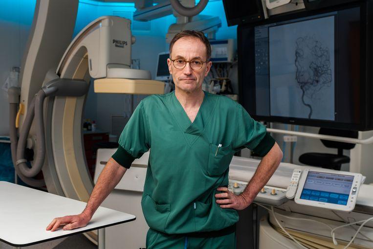 Interventie radioloog Luc Stockx doet samen Johan Bellemans,  collega in Ziekenhuis Oost-Limburg en een autoriteit als kniechirurg, mee aan de nieuwe reeks Topdokters die te zien is op vier en vier.be.