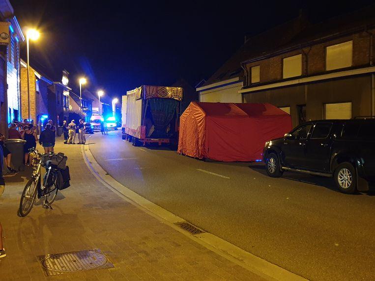Het slachtoffer kwam onder de vrachtwagen terecht.