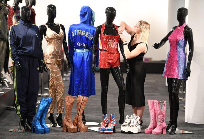De kledij van de vijf Spice Girls wordt tentoongesteld in Londen.