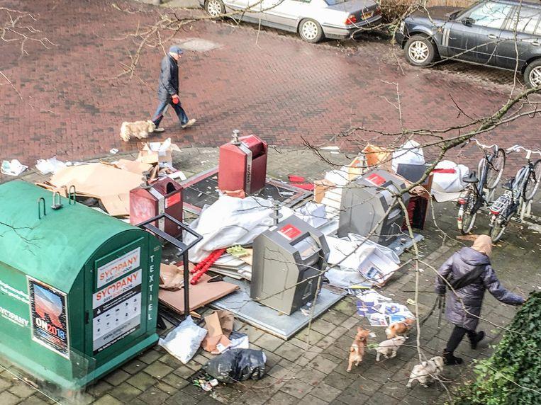 Meubels, karton en ander afval Beeld Maarten Eliasar
